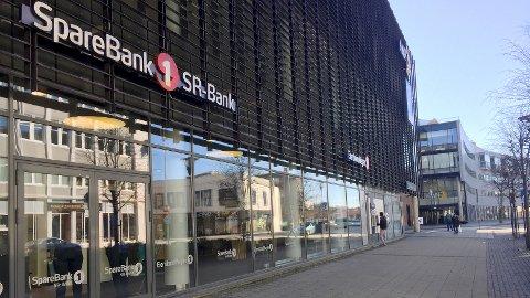 LEKKASJE: Deler av Sparebank 1 SR Banks lokaler ble rammet av en lekkasje fra et teknisk rom ved Amfi Vågen fredag.