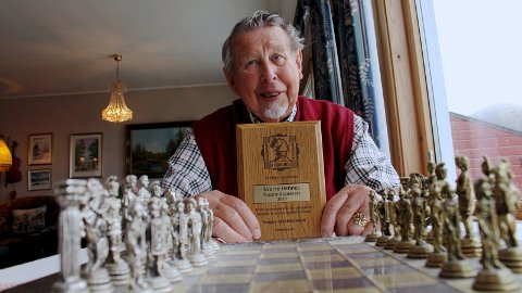 BLE HEDRET: Mandag denne uken ble Sverre Hebnes hedret med Norges Sjakkforbunds hedersplakett – den største utmerkelsen forbundet deler ut.
