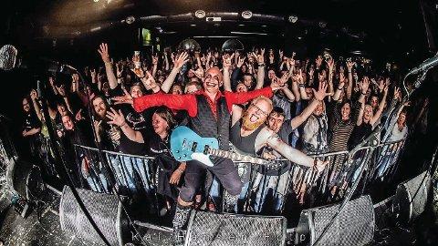 BLODSMAK: Folkrock-bandet Blodsmak står på scenen med allsongvennleg heavymusikk og teatralsk framføring fredag. Her ser med vokalist og gitarist Tom Ostad i front.