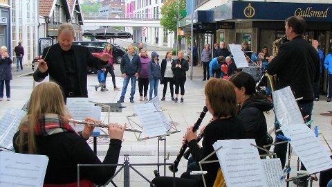 HUSTRIG: Det var hustrig for både musikantar og publikum, men musikken varma.