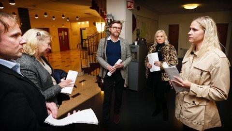 FÅR HØYERE SUM Mona Anita Espedal (t.h) vil motta totalt to millioner kroner av Sandnes kommune. Her er hun i dialog med noen politikere i bystyret. Erlend Kristensen (MDG), Tove Frantzen (V), Thor Magne Seland (H) og Wenche Meinich Bache (Frp).