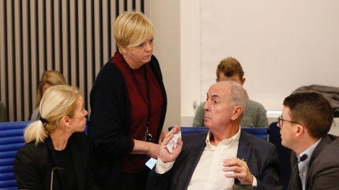 JOBB: Solveig Ege Tengesdal (KrF) har møtt Jon Georg Dale (Frp) i Oslo. Her er hun i dialog med Christine Sagen Helgø (H), Stanley Wirak (Ap) og Ole Ueland (H). De tre er ordførere i henholdsvis Stavanger, Sandnes og Sola.  Kristine Enger (Ap) i Randaberg, utgjør siste part i forhandlingene.