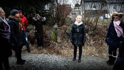 SAKEN SOM ALDRI TAR SLUTT: Helt siden starten av 2017 har Sonja Hauan og beboere kjempet mot forsterkede boliger på Stokkastø. Dette bildet ble tatt under befaring 8. mars 2017.