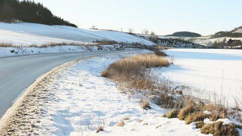 Planene om gang- og sykkelsti, samt oppgradering av denne fylkesveien, er lagt på is. Bildet er tatt 4. februar 2019.