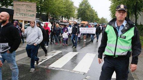 Innsatsleder Stein Torjusen kontrollerer horden av mennekser som demonstrerte i St. Olavs gate.