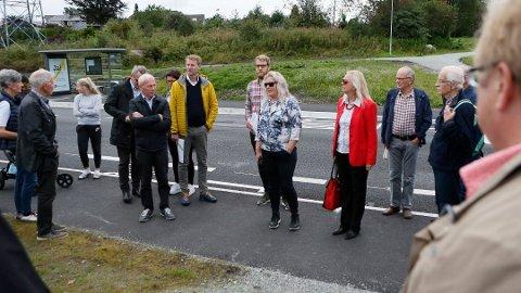 USEMJE: Bustadbygging i eit friområde på Sandved skal opp i Jæren tingrett i januar. Her frå ei befaring på staden med politikarar og plansjefen i kommunen.