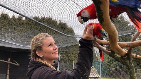Kaja Hove i Hove fuglepark er ikke veldig bekymret for fugleinfluensaen i sin park.