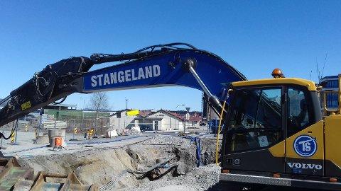 GALSKAP: Det skjedde mye like over kommunegrensen til Stavanger natt til lørdag. Denne gravemaskinen spilte en hovedrolle. Foto: Frode Olsen