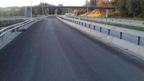 Slik ser sykkelstamvegen ut ved Asser Jåttens vei den 9. juli. Bare småting igjen gjenstår før den kan benyttes av syklister.