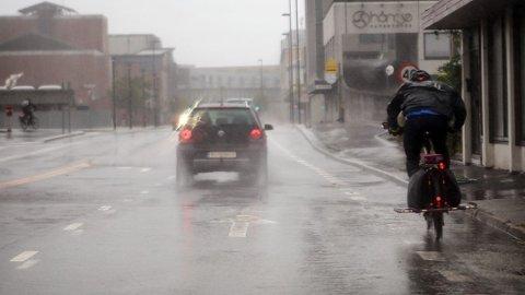 Det skal blåse kraftig på torsdag, men helst i ytre strøk. Her kjemper en syklist mot elementene i Strandgata. Arkivfoto.