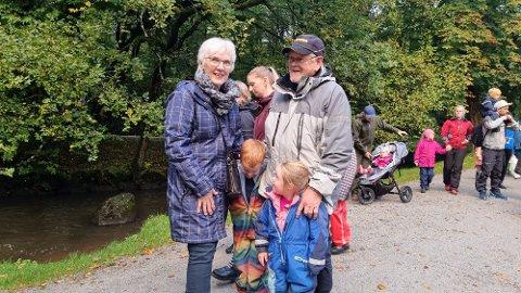 Kirsten og Helge Sægrov besøkte eventyrstien sammen med barnebarna Teodor og Nikoline Osflaten Sægrov.