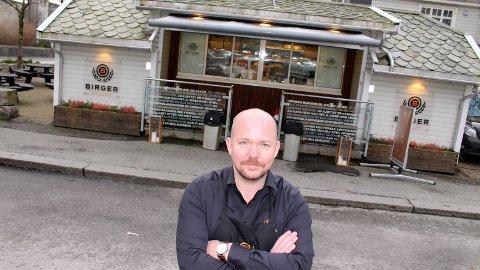 PLANER: Går det slik Eivind Rygg håper vil uteområdet rundt Birger Burger bli rustet opp, med tak over uteserveringen og nytt steinbelegg.