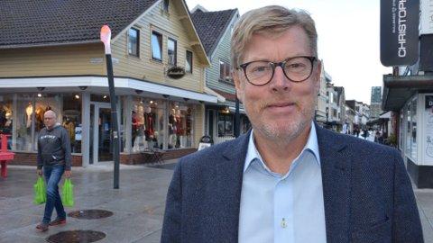 SLUTTER: Etter sju år som styreformann i Sandnes sentrum overlater Andreas Lien (67) plassen til yngre krefter. Nå har også sentrumsforeningen snudd negative tall til et solid overskudd.