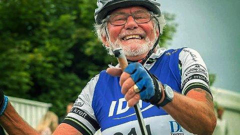 GODT HUMØR: John T. Asheim (73) er en sprek pensjonist som møter verden med et smil.