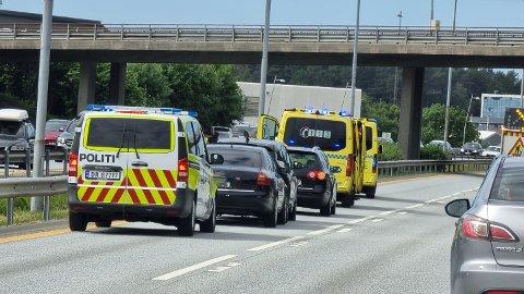 Tre biler er involvert i ulykken.