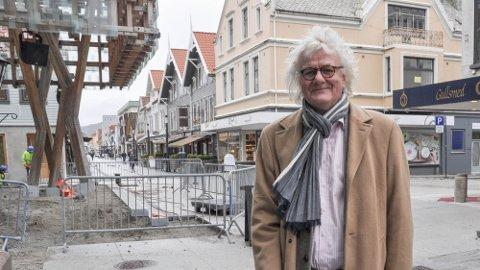 I LANGGATA: Per Inge Torkelsen har hatt mange oppdrag i Sandnes gjennom årene. Tirsdag kom det triste budskapet om at humorlegenden har gått bort.
