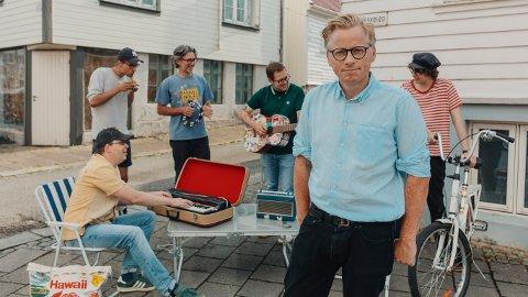 BRILLEJESUS: Foruten Ebbe Helberg, Ådne Sæverud og Espen Eidem består Brillejesus av Jon Salthe (gitar), Kevin Yelenik (gitar), og Simen Amundrud (trommer).