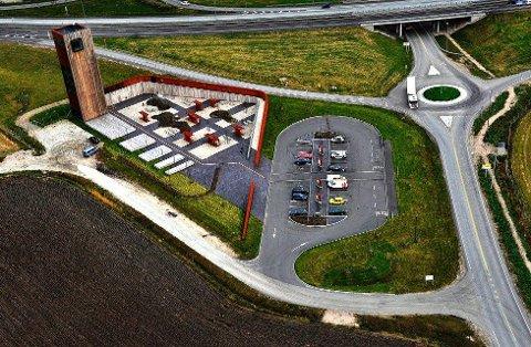 Området ved Solbergtårnet langs E6 i Skjeberg blir brukt som en møte- og samlingsplass av utenlandske mobile vinningskriminelle. Tidligere denne uka kom politiet over to østeuropeiske menn som har en historikk når det gjelder vinningskriminalitet, og som satt i en parkert bil på rasteplassen.