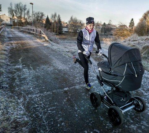 Det er mange som etter hvert har møtt Lise Lavoll Borgen og sønnen Brage på denne måten. (Foto: Johnny Helgesen)
