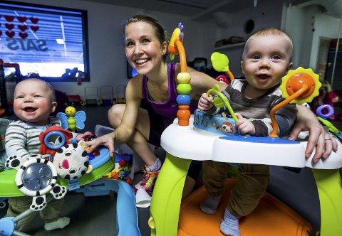 Mens mamma trener styrke og intervaller er Brage (t.h.) på MiniSATS, her sammen med søskenbarnet Vetle som er født på samme dag. (Foto: Johnny Helgesen)
