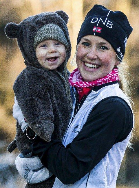 Brage er et stort smil etter en tur i vogna med en løpende mamma. (Foto: Johnny Helgesen)