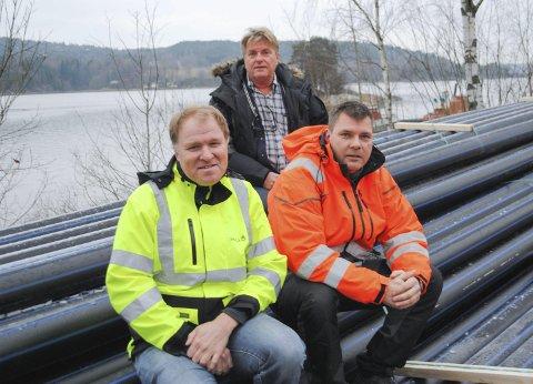 RØR: Tor Egil Brusevold gleder seg over at Furuholmen snart får kommunalt drikkevann. Prosjektleder Steinar Nylænde (Sweco) og Bjørn Johansen (Falck Dykkertjeneste) sørger for at det ikke blir rør når flere kilometer vannledning skal ut på dypt vann. foto: erik Langsæter