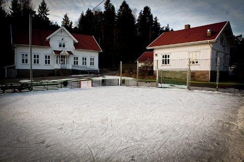 TRUET: Anna M. Solberg er bekymret for lokalsamfunnet i Ullerøy når skolen pånytt er tuet av nedleggelse.