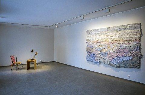 Håndverk: Utstillingen «Skills-Thinking through making - telling by hand» , her ved Finske Kaarina Kaikkonens skjortevegg.