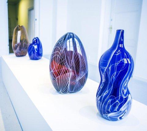 Kurver: Flotte farger, former og tegninger i Vidar Koksviks håndblåste flaskeformer.