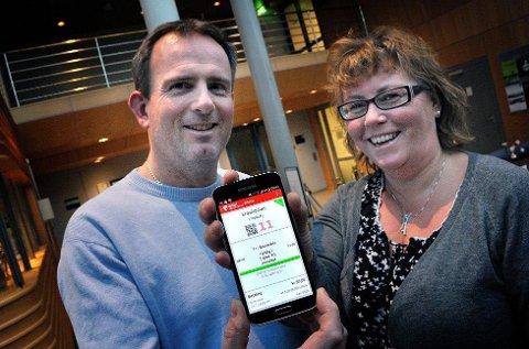 Prosjektleder Ingrid Marie Westby og markedssjef Kjetil Gaulen viser fram mobilbilletten, som Østfold kollektivtrafikk lanserte søndag.