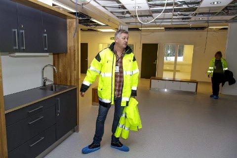 Fellesarealer: Helge Stene-Johansen understreker at man har lagt vekt på å ha åpne og lyse lokaler i psyskisk helsevern.