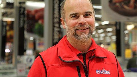 Ole Lind er butikksjef i MaxiMat på Nordby. Han er lite fornøyd med TV 2s fremstilling av prisene på kylling.