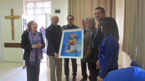 OVERRAKTE: Sarpsborg-kunstneren Helge B. Skånlund reiste i november ned til Betlehem for å overreke glassmaleriet han hadde gjennskapt til den palestinske presten Mitri Raheb.