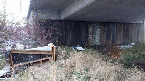 SKJEMMENDE: En leser har sendt SA bilder av avfallet som er sumpet på Alvim. Hun synes det bør bli gjernet så raskt som mulig.