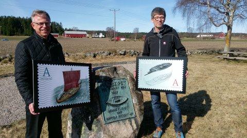 FRIMERKE: Arkeolog Knut Paasche (til høyre) og frimerkedirektør Halvor Fasting i Posten viser fra frimerkene som gis ut 21. april. Bildet er tatt på Haugen gård, der Tuneskipet ble gravd ut i 1867.