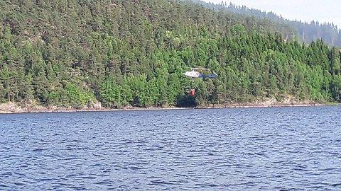Skogbrannhelikopteret hentet vann i Mingevannet som den brukte til å bombe brannen i skogen.