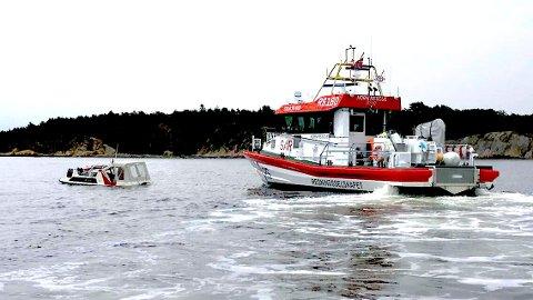 VANN TIL RIPA: Da Redningsselskapets Horn Rescue kom fram, var det vann opp til ripa på båten.