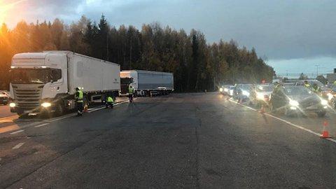 Det var til tider fullt på kontrollplassen mellom Ås og Vestby, her ble over 2.000 kjøretøy vinket inn.