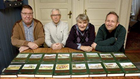 16 utgaver: Odd Marthinsen (til venstre) er medforfatter på bind 16 av «Gårder og slekter i Borge og Torsnes», mens Karl Ottar Fjeld, Svein Åstrøm og Lars Ole Klavestad står for de 15 første.