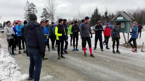 STARTSTREKEN: Det var 25 løpere på startstreken i årets nest siste Torsdagsløp.