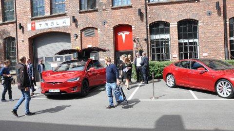 Tesla har nok å gjøre – selv om de ikke har fått på plass volummodellen, Model 3, enda. Faktisk har man økt salget i Norge med hele 94 prosent, sammenlignet med samme periode i fjor.