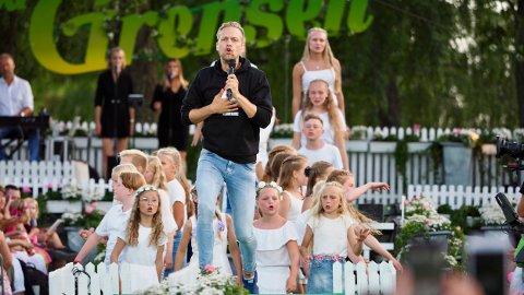 PÅ GRENSEN: Den tidligere fotballspilleren og mediepersonlighet Mads Hansen sammen med 25 musikalelever fra Villekulla barne og ungdomsteater fremfører «Sommerkroppen» under Allsang på Grensen onsdag.