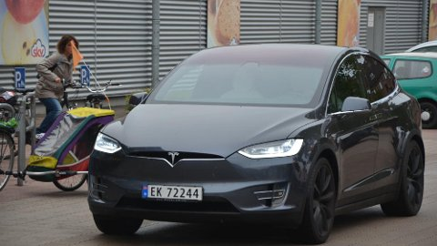Tesla Model X er ikke noe vanlig syn i Tyskland ennå. Vi fikk mange nysgjerrige blikk på turen.
