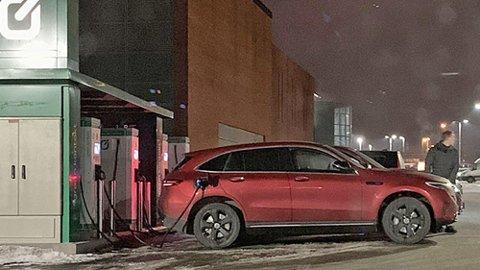 Litt av et syn på ladestasjonen – her er nye Mercedes EQC i Norge, lenge før tiden.