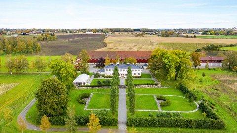 TIL SALGS: Staur gård i Stange kommune eies av Staten v/Landbruks- og matdepartementet. Gården er nå lagt ut for salg. Et Sarpsborg-firma har fått oppdraget.