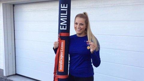 Her med medaljen som beviser at hun ble junior-norgesmester i 2017.