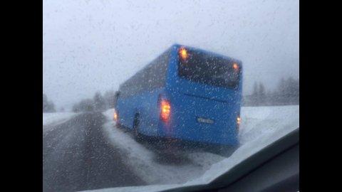 En buss har kjørt av veien på Nordbyveien på Hafslundsøy onsdag ettermiddag.
