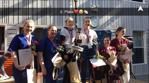 VANT SØLV: Mina Skjeklesæther og Thea Mortensen (til venstre) vant sølv i skole-NM denne uka. Sogn og Fjordane havnet på førsteplass og Buskerud på tredje.