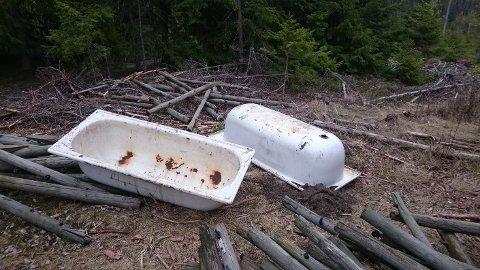 DUMPET: To badekar ligger dumpet i Kalnesskogen.