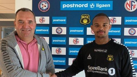 NY KLUBB: Sportslig leder i MFK, Rune Jørgensen, tar Momodou Willy Hagren Sanneh varmt i mot på Melløs.